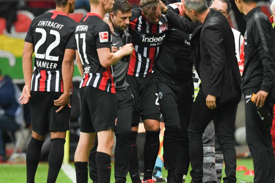 Besonders bitter: Eintracht-Urgestein Marco Russ (Mi.) musste schwer verletzt und gestützt das Spielfeld verlassen.
