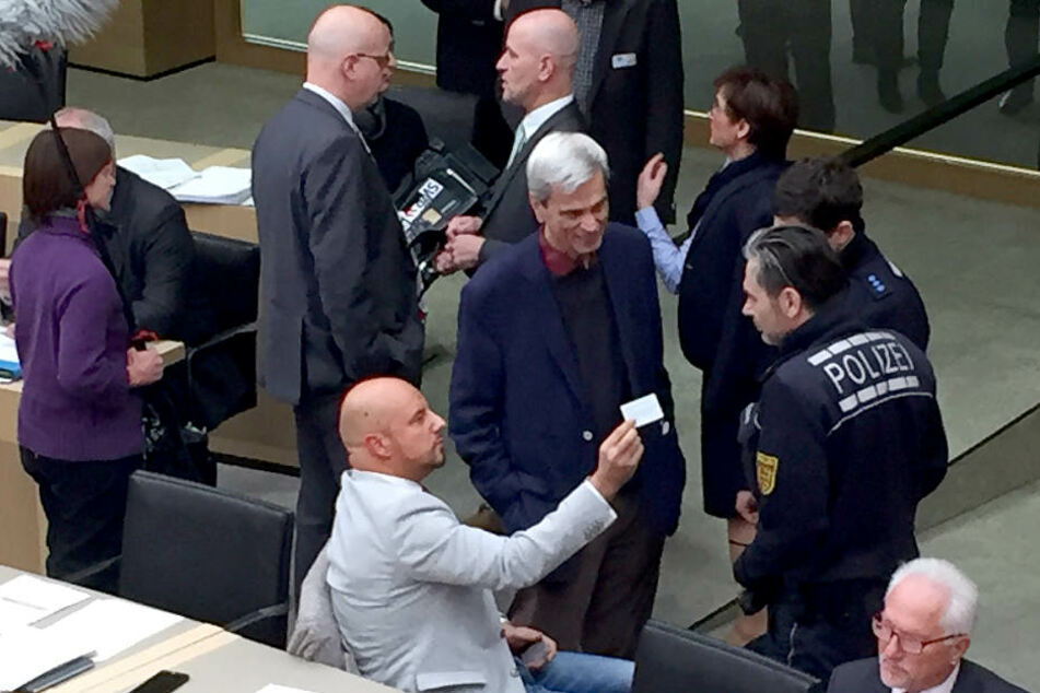 Der Landtag vergangene Woche: Stefan Räpple (sitzend) und Wolfgang Gedeon (stehend) im Gespräch mit herbeigerufenen Polizisten.