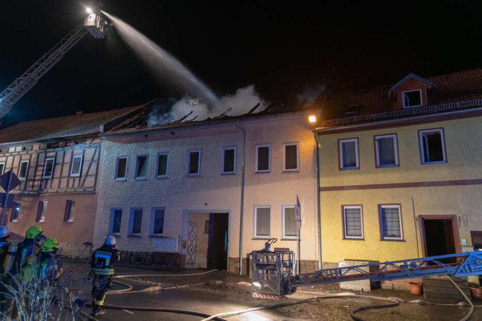 Dachstuhl brennt komplett aus, Flammen greifen auf Nachbarhaus über