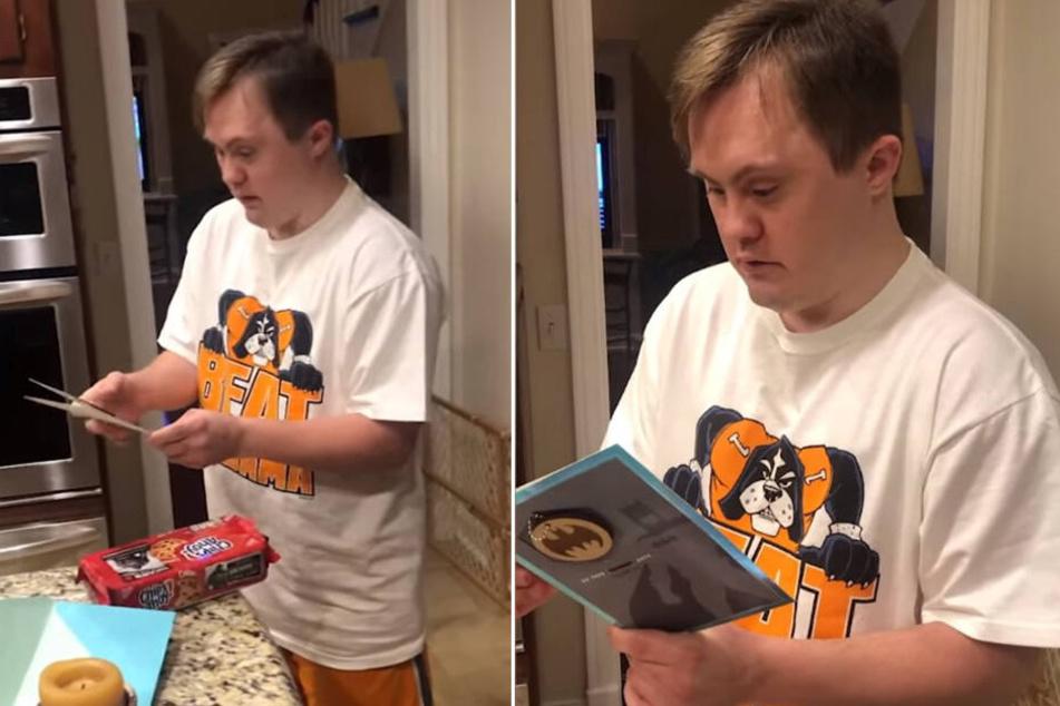 Überrascht öffnet Chad die Karte, die er von Tim bekommen hat.