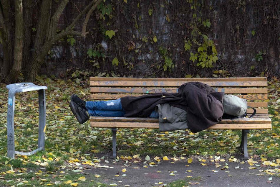 Das müsste nicht sein: Ein Berliner Obdachloser schläft auf einer Parkbank. (Symbolbild)