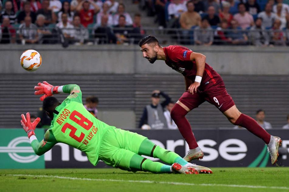 Das 1:0 für Salzburg: Munas Dabbur scheitert zuerst mit einem Schuss an Leipzig-Keeper Yvon Mvogo, köpft danach aber ungehindert ein.