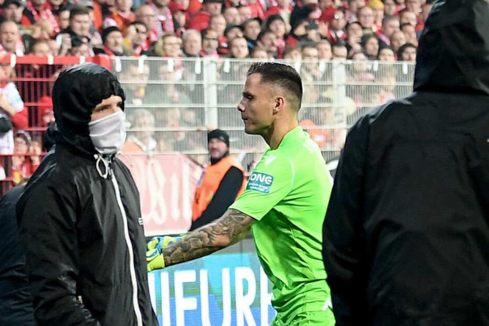 Union-Keeper Rafal Gikiewicz stellt sich den vermummten Ultras entgegen.