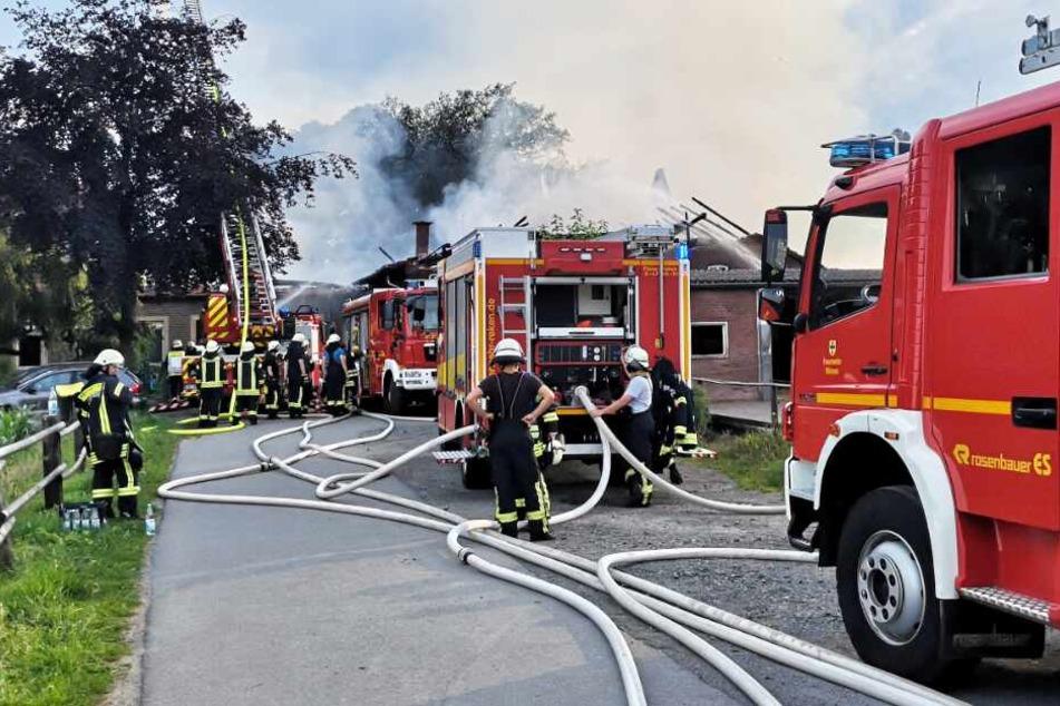 Zahlreiche Feuerwehrleute löschten die Flammen.