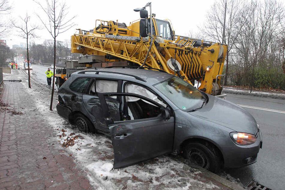 Der Kranwagen bohrte sich in den VW.