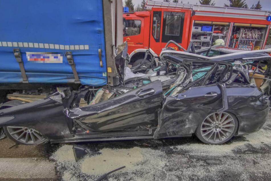 Horror-Unfall: Autofahrer fährt auf Lastwagen auf und stirbt