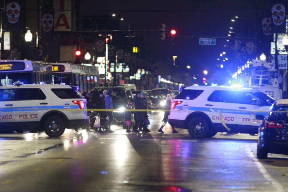 Das Mädchen, das sich nach Medienberichten als Hummel verkleidet hatte und zu Halloween Süßigkeiten sammeln wollte, war mit seiner Familie in der Stadt unterwegs, als in einer Gruppe Passanten vor ihnen Schüsse fielen.
