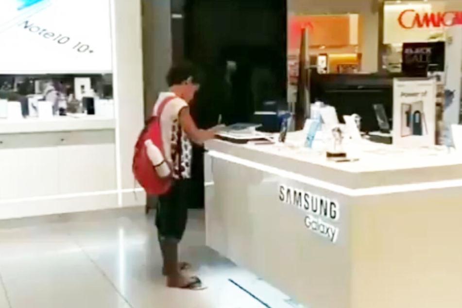 Junge muss Hausaufgaben im Einkaufszentrum machen, dann beweist ein Händler Herz