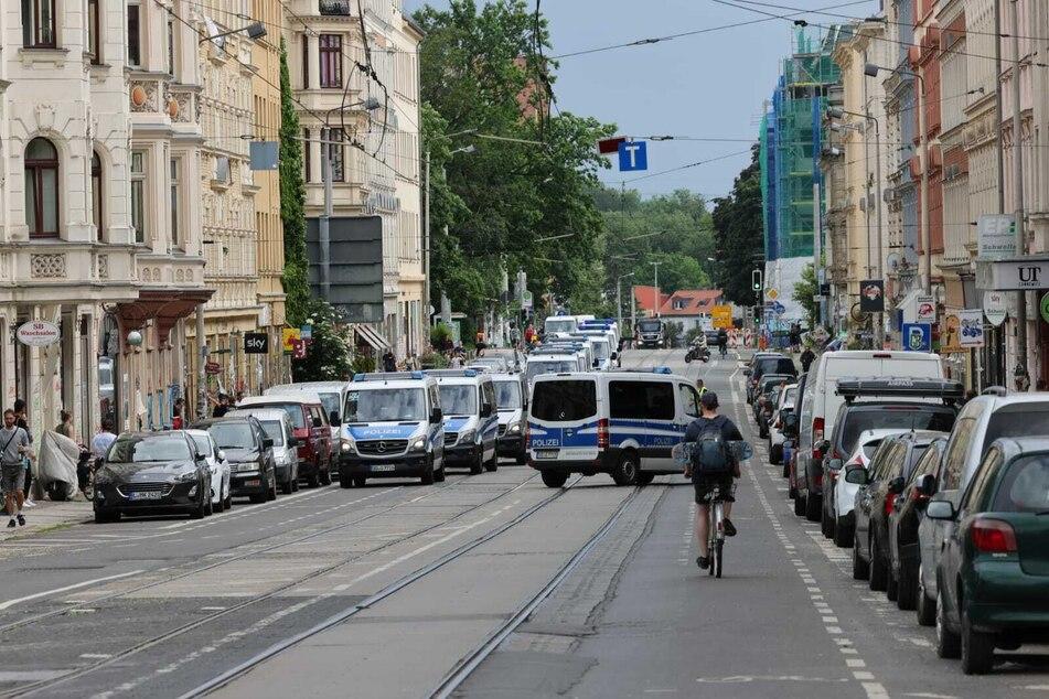 Die Leipziger Polizei hat mit Unterstützung der sächsischen Bereitschaftspolizei und der Bundespolizei einen Einsatz zur Absicherung von zwei Versammlungen durchgeführt.