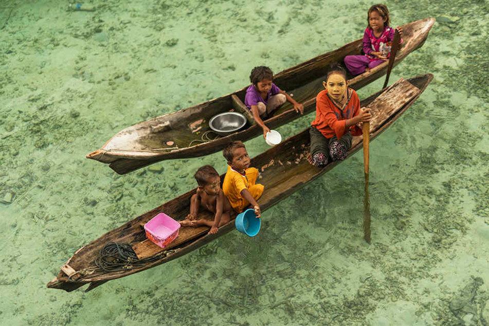 Eine Bajau-Familie: Da ihre Lebensgrundlagen als Fischer und Nomaden verloren sind, wurden sie von der indonesischen Regierung in einem Nationalpark angesiedelt. Seitdem stehen die Bajau am Rand der Gesellschaft.