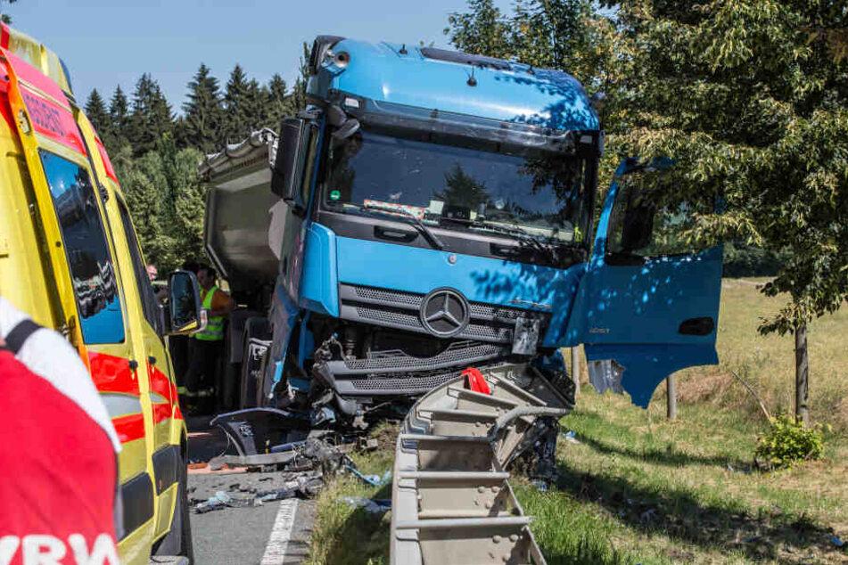 Der Lkw landete an der Leitplanke und wurde stark demoliert.