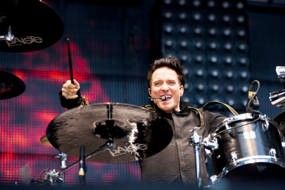 Bela B. sitzt während eines Auftritts am Schlagzeug.