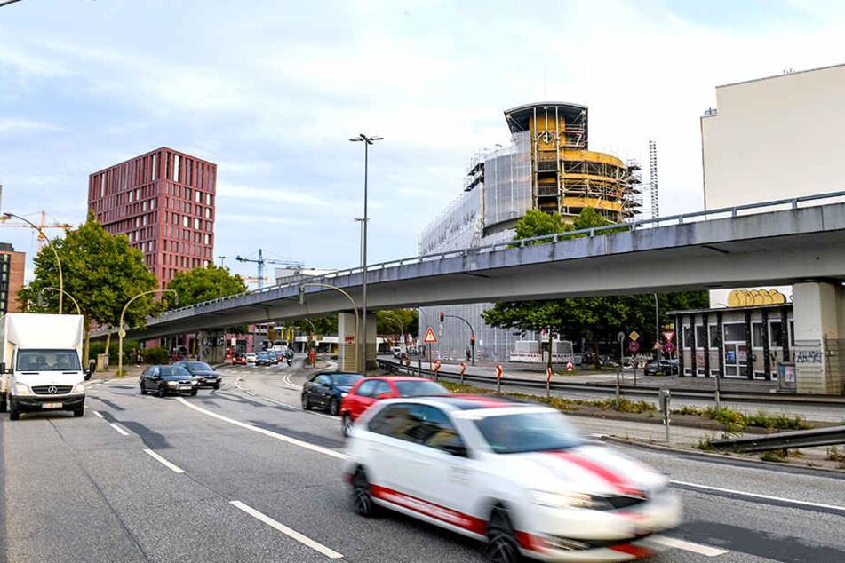 Die Brücke an der Hamburger Amsinckstraße wird abgerissen. Die Bauarbeiten führen zu einer Sperrung der viel befahrenen Straße.