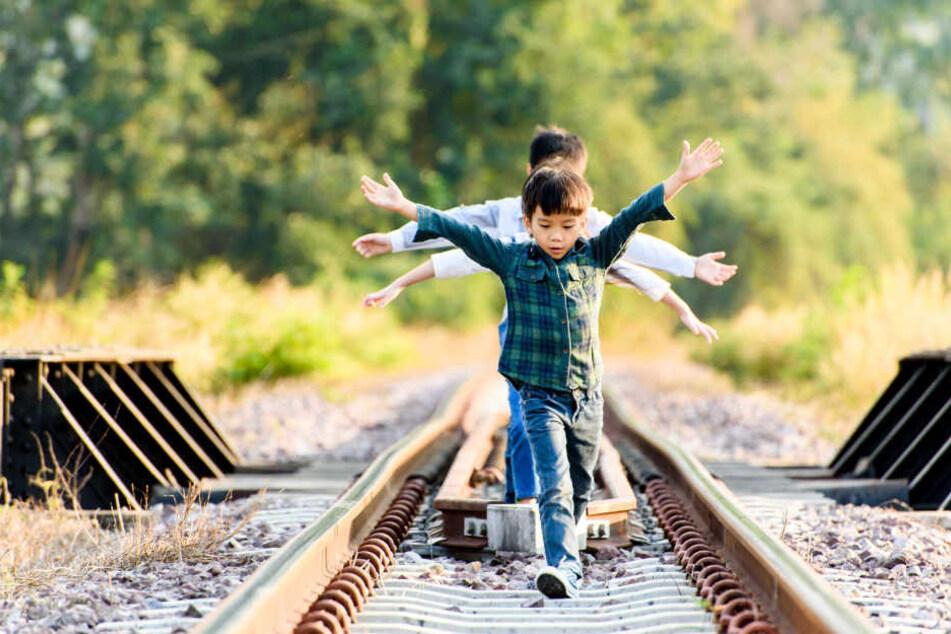 Die Notfallleitstelle der Bahn informierte die Bundespolizeiinspektion Magdeburg über die spielenden Kinder im Gleis. (Symbolbild)