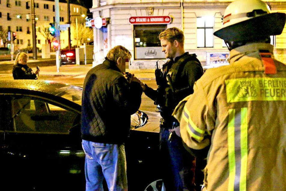 Ein offenbar betrunkener Autofahrer krachte am Sonntagabend in zwei parkende Fahrzeuge.
