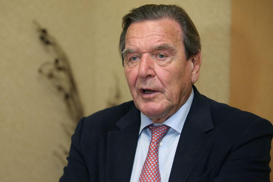 """SPD-Mann: Gerhard Schröder, ehemaliger Bundeskanzler, hat die """"Agenda 2010"""" zu verantworten, die Millionen Menschen in Armut lässt."""