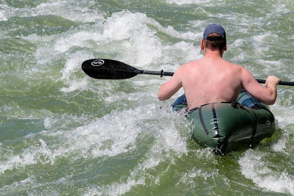 Kajakfahrer kentert bei Windstärke fünf und kommt nicht ins Boot zurück!