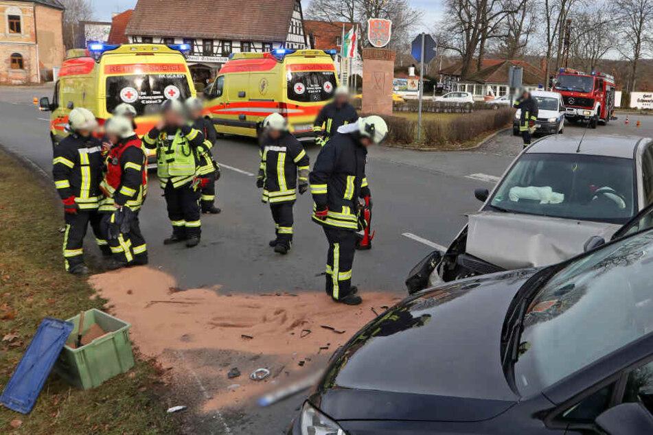 Die Feuerwehr war auch vor Ort um auslaufende Betriebsmittel zu binden.