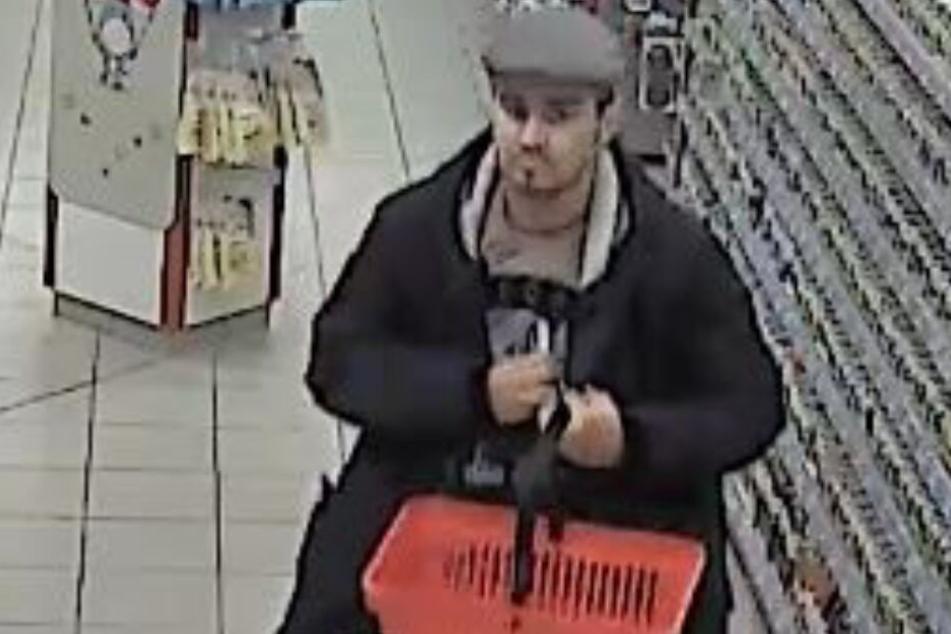 Mit einer dreisten Masche klaute er in einem Drogeriemarkt: Wer kennt diesen Mann?
