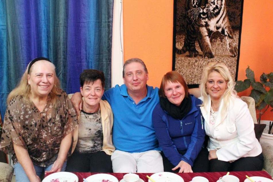 Vier Frauen auf der kuscheligen Couch: Neben Mutti Bettina (l.) hat der schüchterne Sachse auch Monika, Daniela und Kerstin (v.l.n.r.) im Arm.
