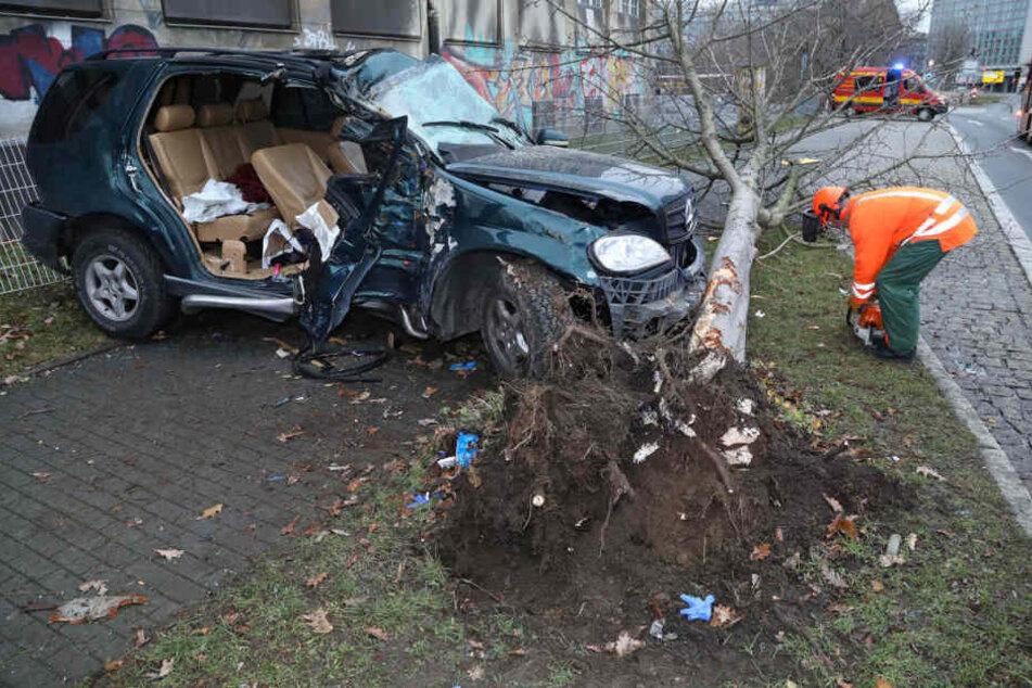 Der Mercedes krachte gegen einen Baum.