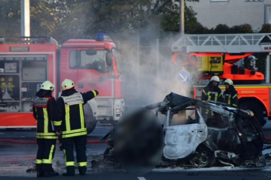 Die Feuerwehr löschte den Fahrzeugbrand