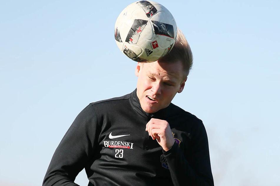 Sören Bertram im Training bei einem Kopfball.