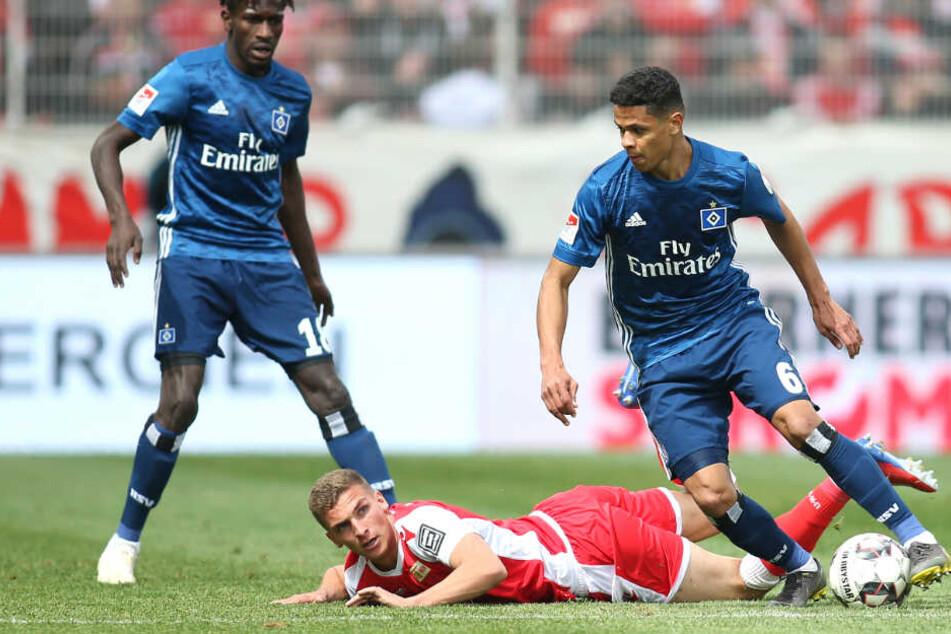 Douglas Santos luchste Unions Grischa Prömmel den Ball ab.