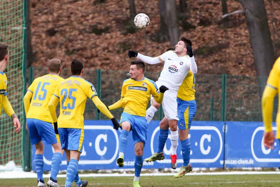 Tom Baumgart (r, weißes Trikot) steigt zum Kopfball. Im Test gegen Jena machte er zwei Tore.