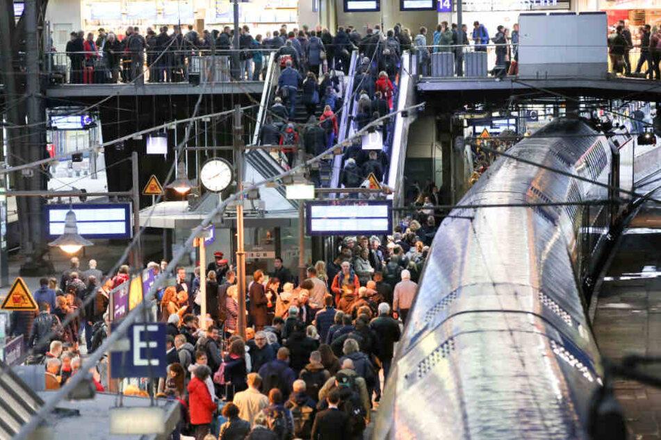 Drama im Hauptbahnhof: Mann bricht zusammen und bleibt leblos liegen