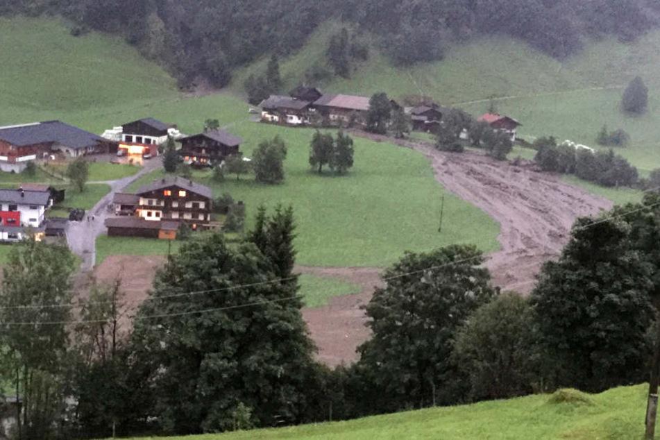 In Großarl im Salzburger Großarltal (Österreich) sind Straßen, Wiesen und Wegenach einem Unwetter überflutet..