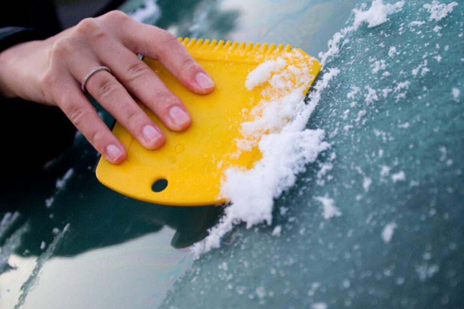 Viele Autofahrer in Hamburg mussten am Montagmorgen erstmal das Eis von der Scheibe kratzen. (Symbolbild)