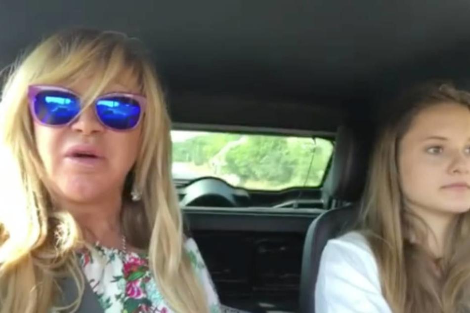"""Sicherer als Mofa-Fahren: Carmen Geiss mit Tochter Davina im """"motorisierten Kleinstfahrzeug""""."""