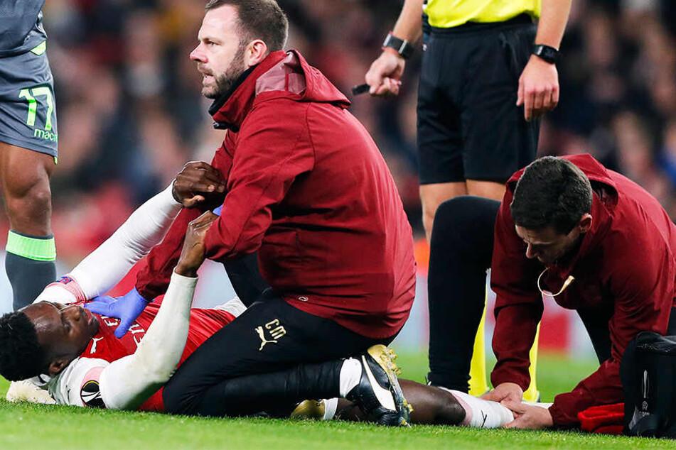 Krümmte sich vor Schmerzen: Danny Welbeck kam nach einem Kopfballduell so unglücklich auf, dass er sich seinen rechten Knöchel verdrehte.