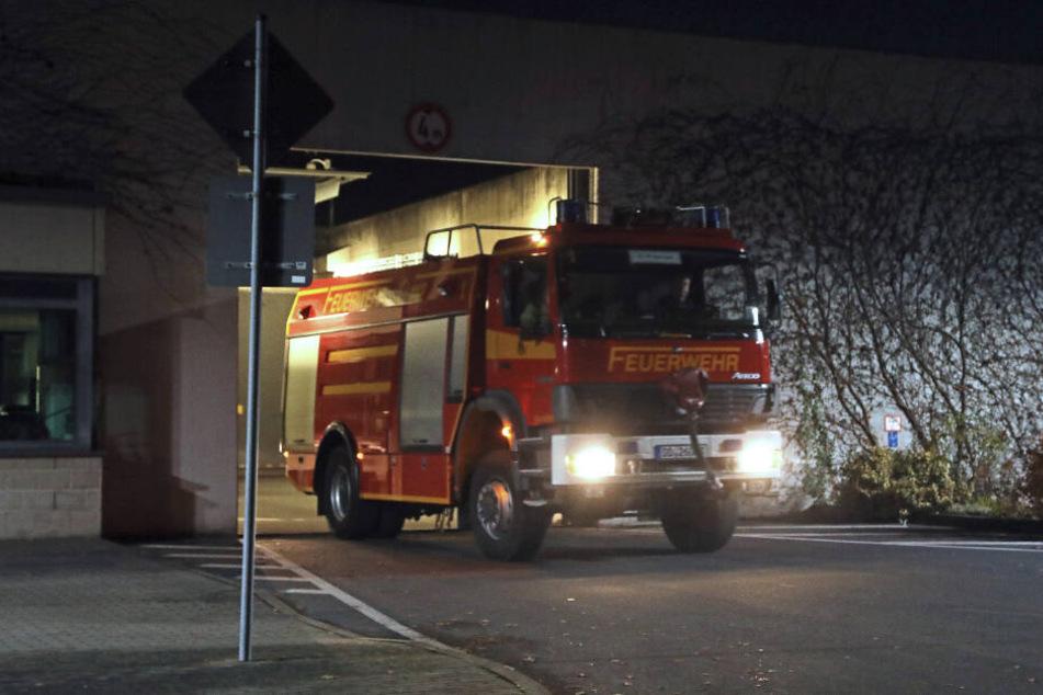 Die Kameraden der Feuerwehr konnten die brennende Zelle schnell löschen.