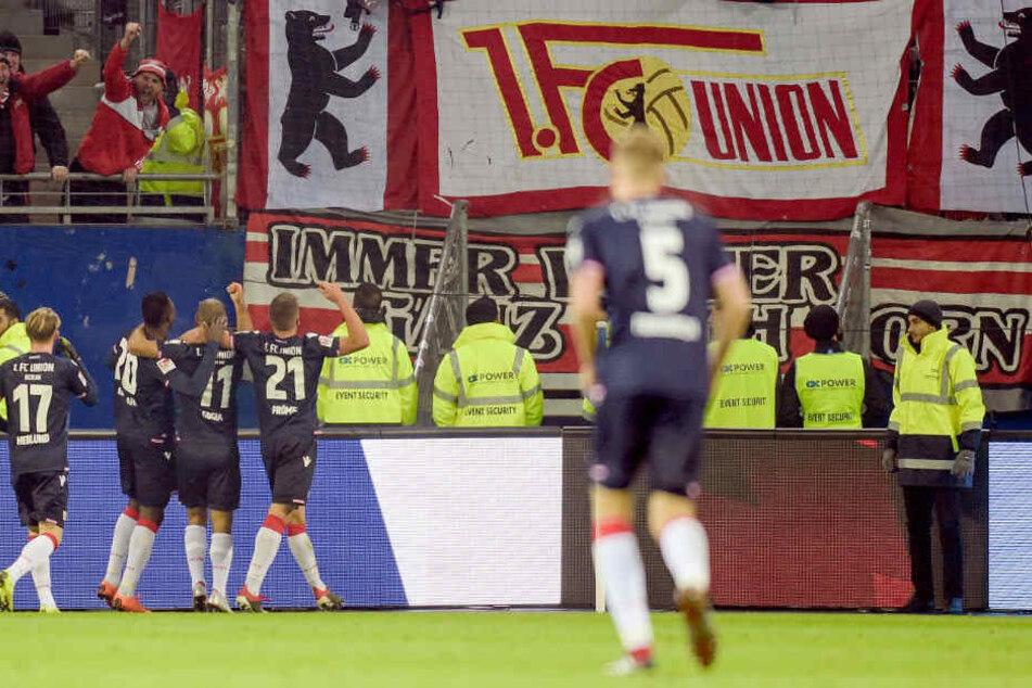 Union feiert den Ausgleich in der Nachspielzeit. Mit dem Punkt beim HSV bleiben die Köpenicker in der Liga weiter ungeschlagen.