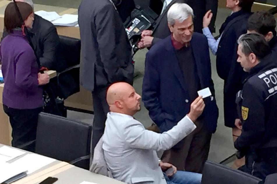 Stuttgart im vergangenen Dezember: Stefan Räpple (sitzend) und Wolfgang Gedeon (stehend) reden im Landtag mit Polizisten.