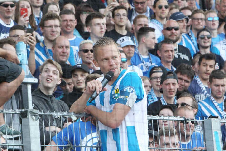 Der scheidende Kapitän auf dem Zaun: Dennis Grote verabschiedete sich von den CFC-Fans.