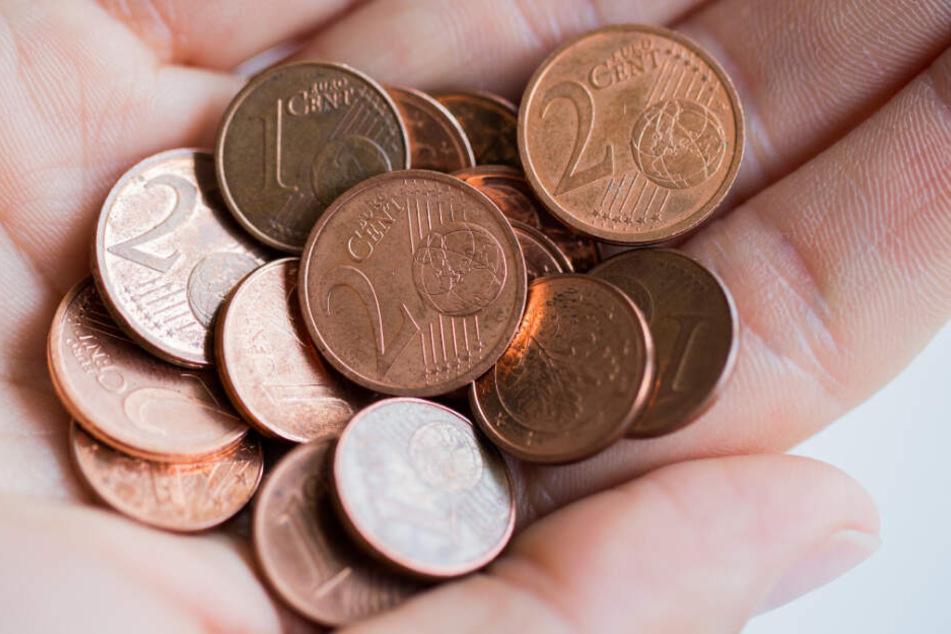 1-, 2- und 5-Cent-Münzen liegen auf einer Hand. (Symbolbild)