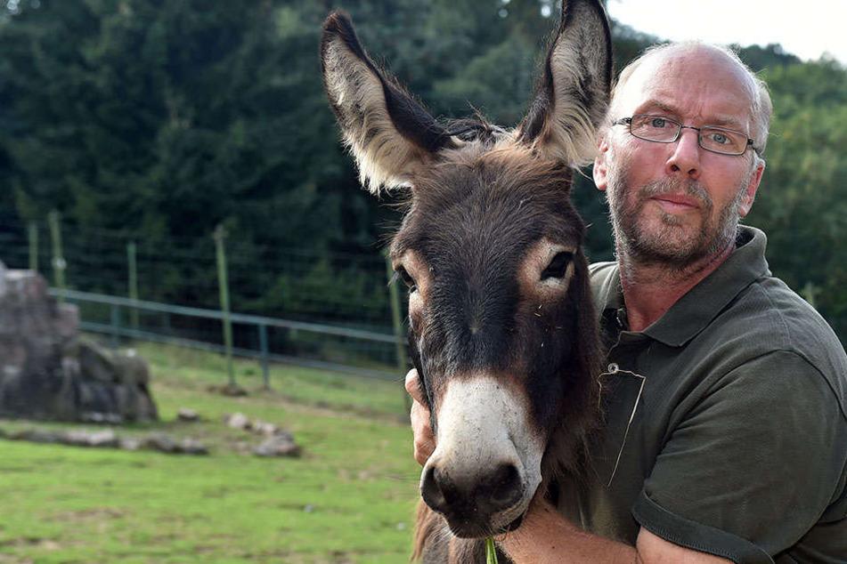 Tierpark-Betreiber Heiko Drechsler (55) bewirtschaftet das Areal derzeit allein.