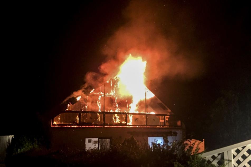 Der Dachstuhl steht in Flammen, die Feuerwehr musste mit vielen Einsatzkräften anrücken.