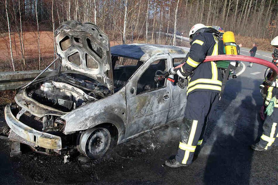 Der Dacia brannte vollkommen aus.
