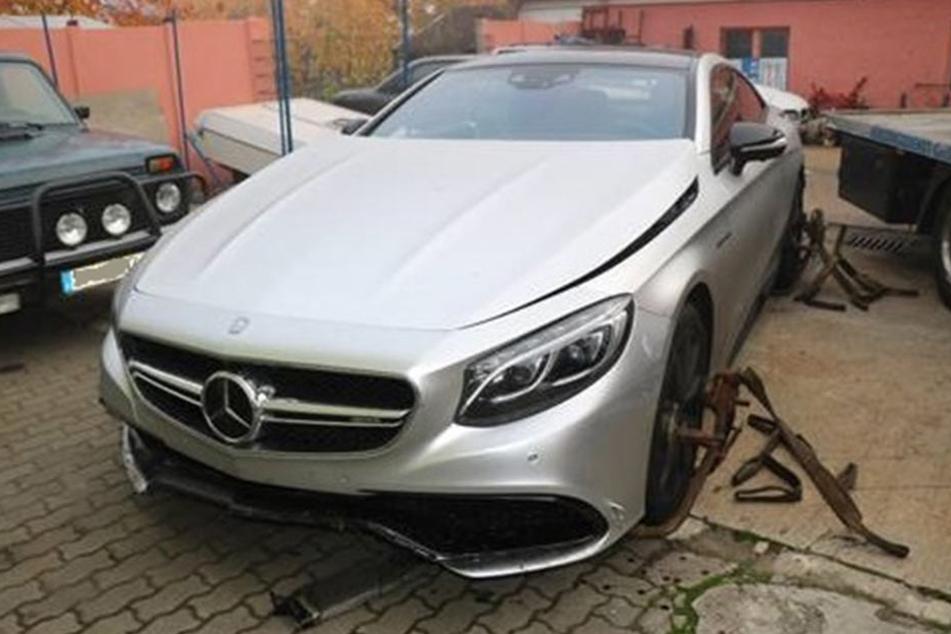 Der Nobel-Mercedes landete im Zaun, der Fahrer verschwand spurlos.