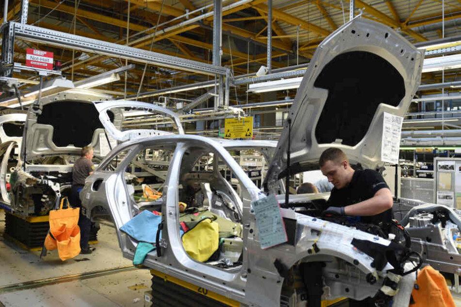 Mitarbeiter von Mercedes-Benz arbeiten im Werk in Bremen an einer C-Klasse. (Symbolbild)