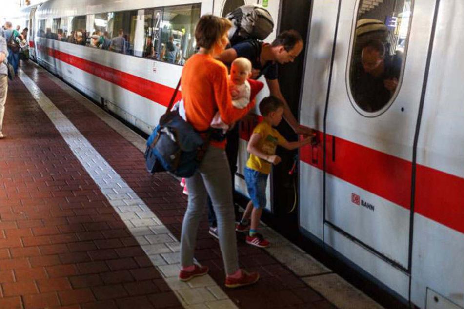 Überfüllte Züge zum Feiertag. Bei der Deutschen Bahn keine Seltenheit. Geholfen wird den Passagieren aber anscheinend nicht.