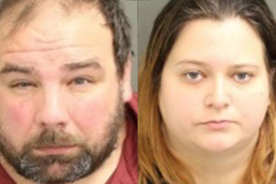 Stepfather Timothy Wilson (34, l.) and mother Kristen Swann (31) have since been arrested (collage).