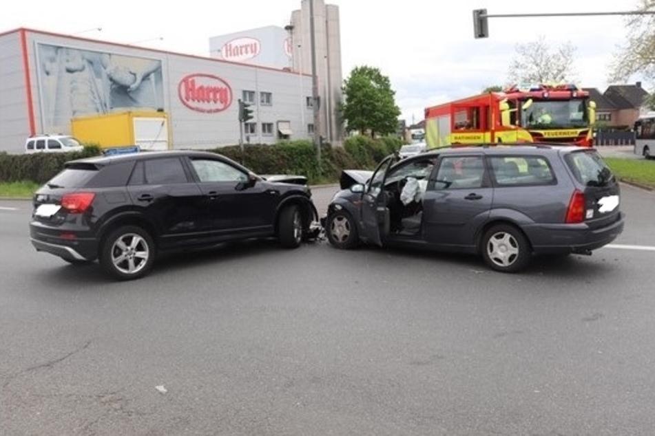 Der Audi und der Ford sind in einer Kreuzung frontal zusammengestoßen.