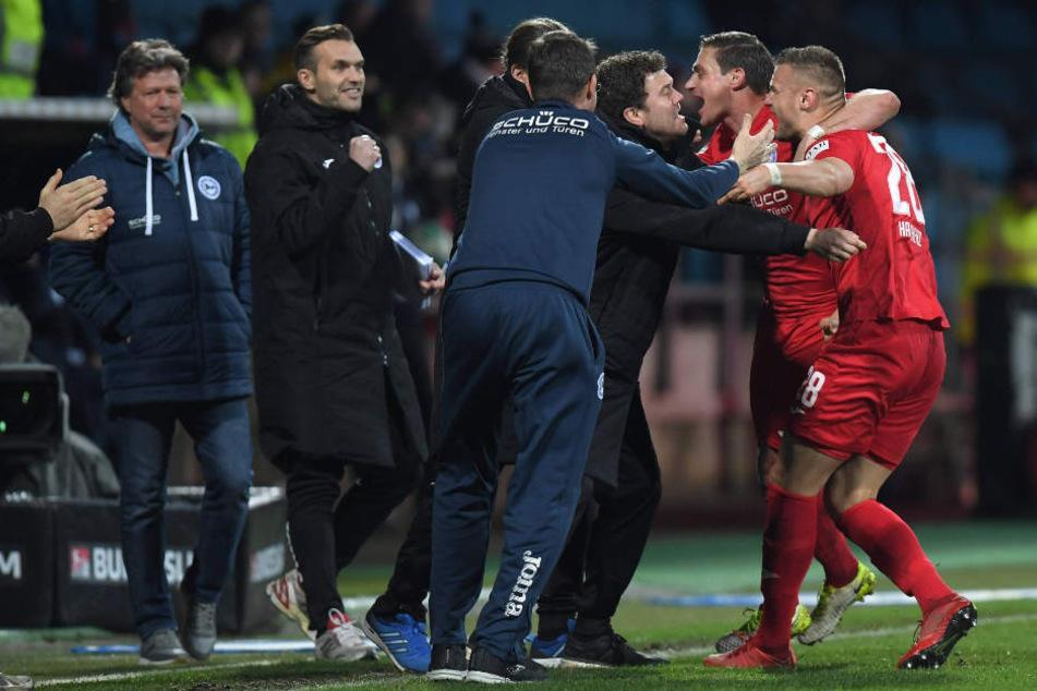 Der ganze Trainerstab freut sich mit Tom Schütz und Florian Hartherz über das Freistoßtor.