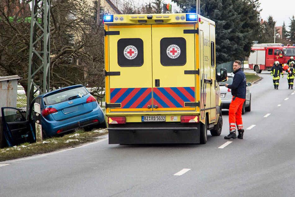 Der Rettungsdienst kümmerte sich vor Ort um einen verletzten Kia-Fahrer.