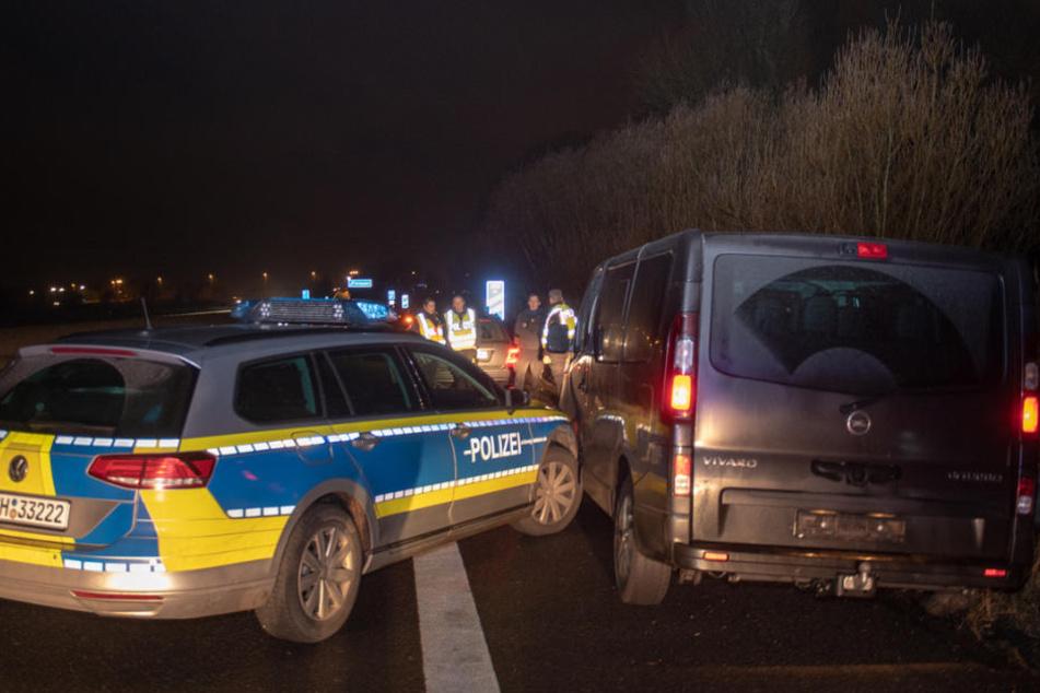 Die Polizei rammte den Transporter an die Leitplanke.